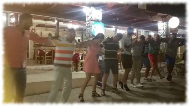 Sirtaki vor der Taverna Gorgona