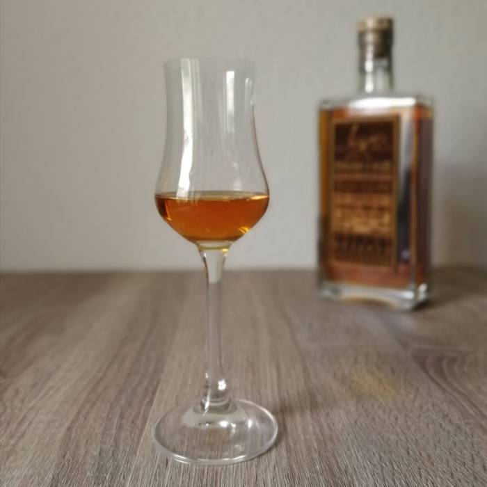 Mhoba Pure Single Sugarcane Juice French Cask Rum Select Reserve Glas